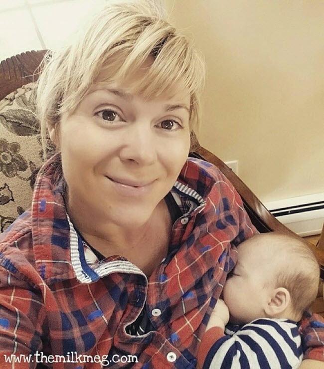 Femme allaite son neveu tandis que sa sœur travaillait