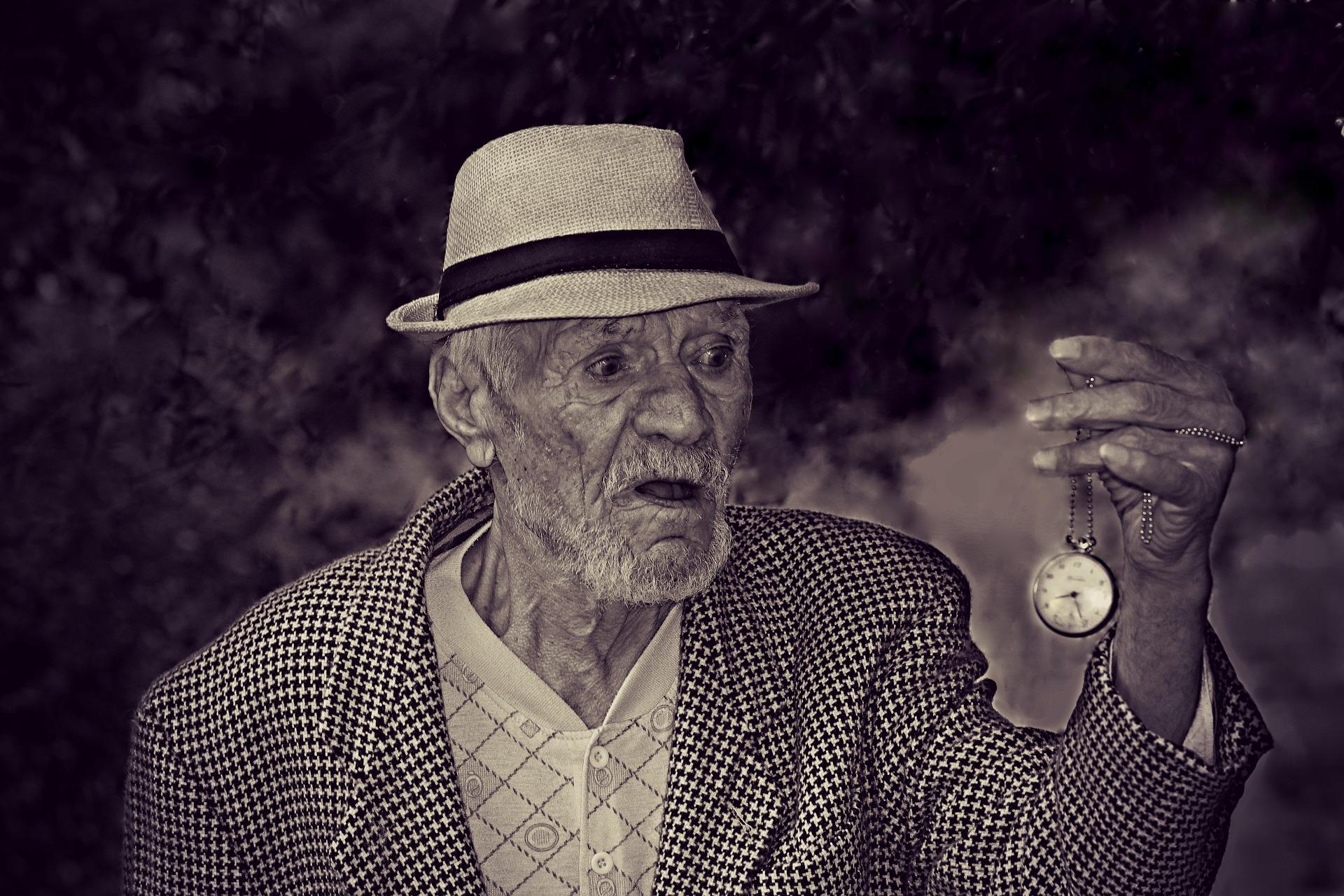 vieillard avec pendule